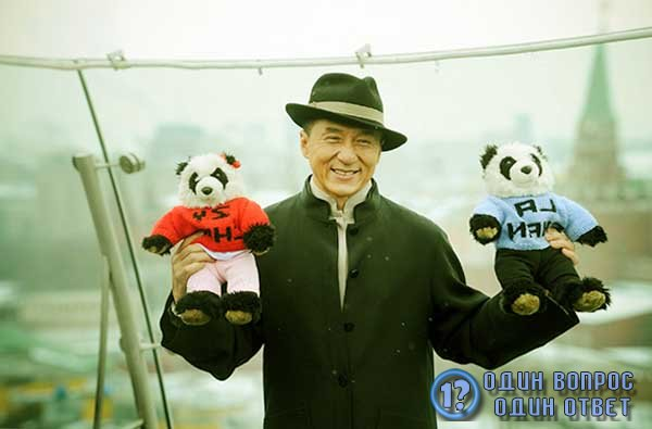 Актер с двумя пандами