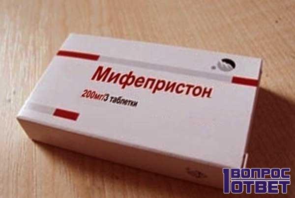 Пачка таблеток на столе
