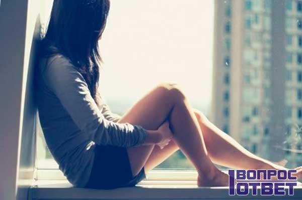 Молодая красавица у окна ждет мужчину