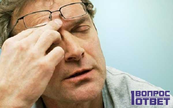 У мужчины сильная боль глаза