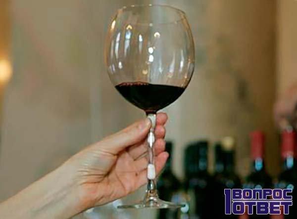 Как нужно правильно держать бокал вина?