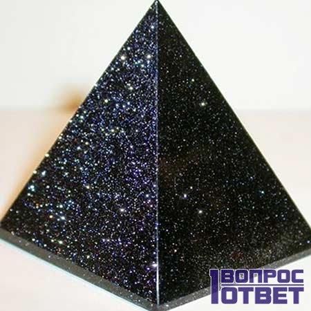Оригинальный камень-пирамида