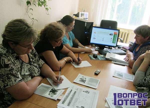 Социальные работники за столом