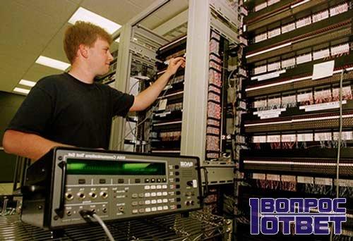 парень управляет техническими системами на работе
