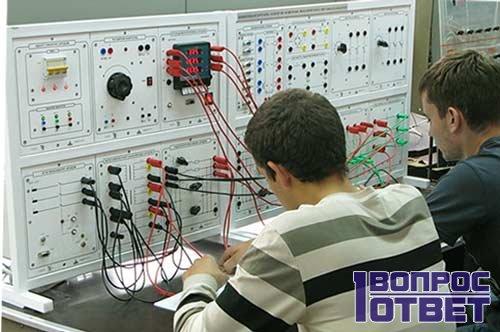 Инженеры работают на предприятии