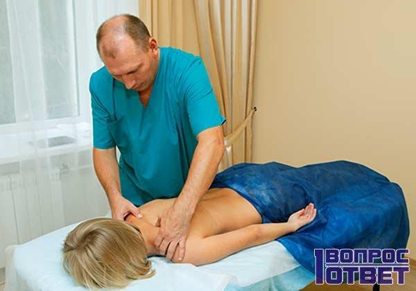 Девушка на приеме у мануального терапевта