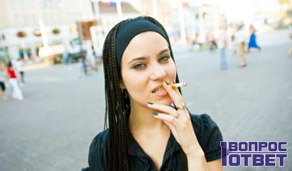 Курящая девушка на улице