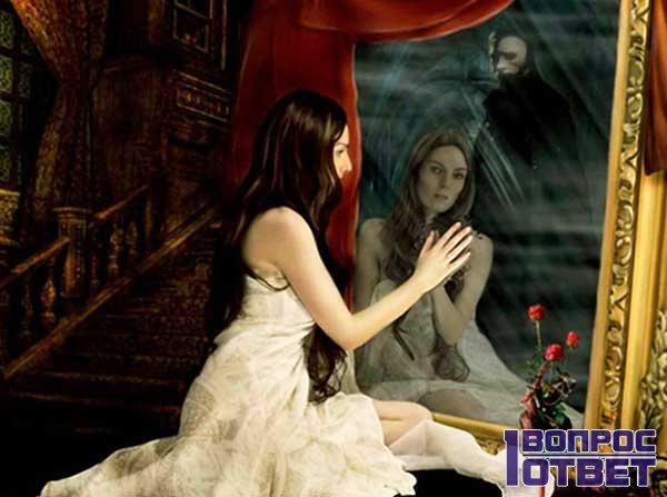Девушка любуется в ночное зеркало