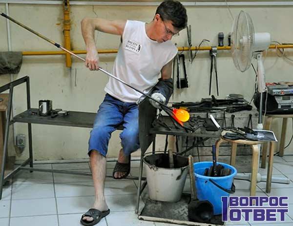 Парень делает стекло в лаборатории