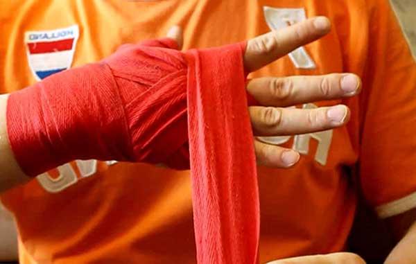 Наматывание бинта на руку