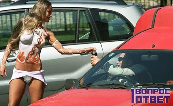 Красивый промоутер на улице возле машин