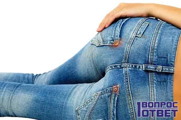 У девушки грязные джинсы до стирки