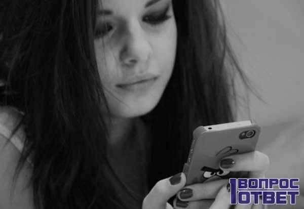Грустная девушка со смартфоном