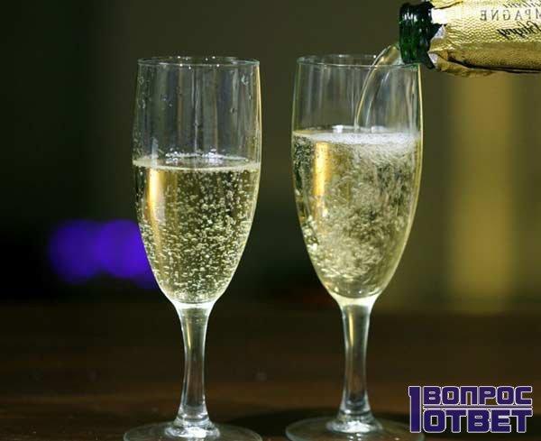 Два бокала с игристым напитком на праздник