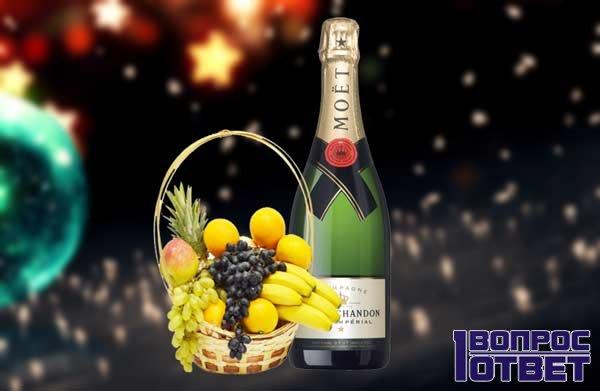 Бутылка шампанского с фруктами