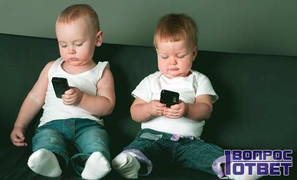 Малыши увлекаются ответами на смартфонах