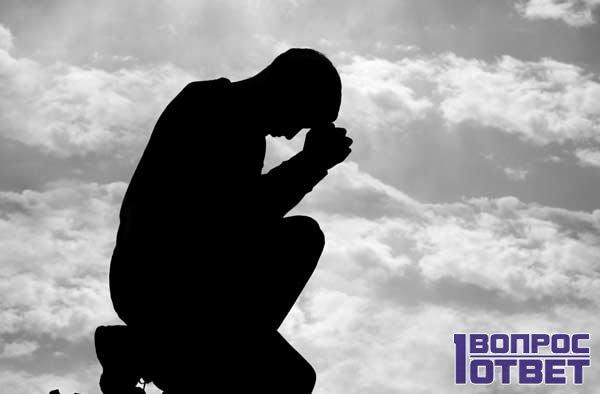 Мужчина склонился в молитве