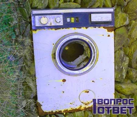Старая стиральная машина на камнях