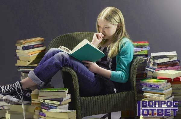 девушка читает не отрываясь