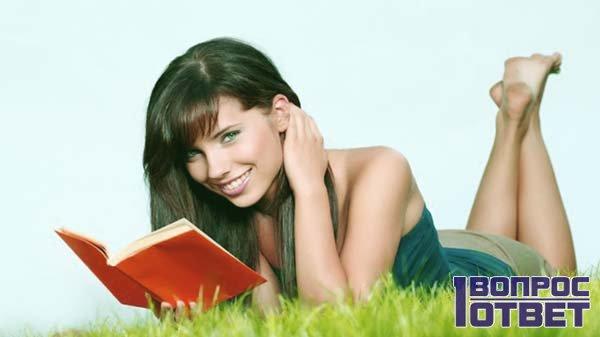 девушка читает книгу на лужайке