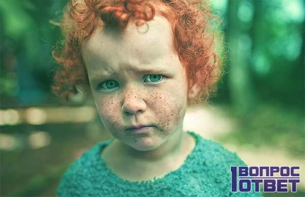 на девочку сильно повлияло наследственность, поэтому она рыжая