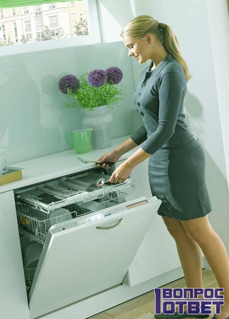молодая девушка и посудомойка