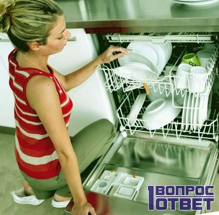 женщина заливает средство для посудомоечной машины в аппарат