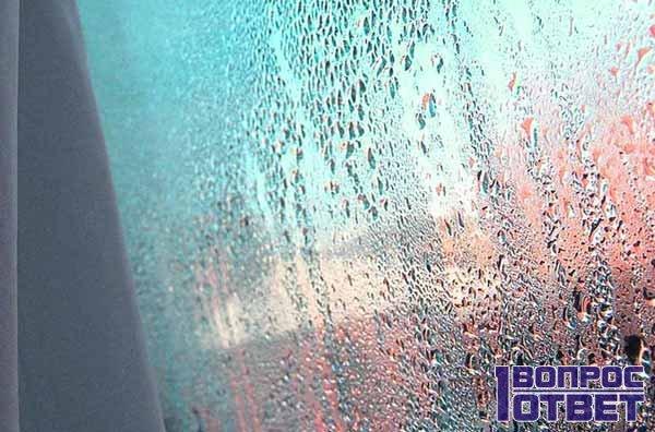 Вода течет по окну