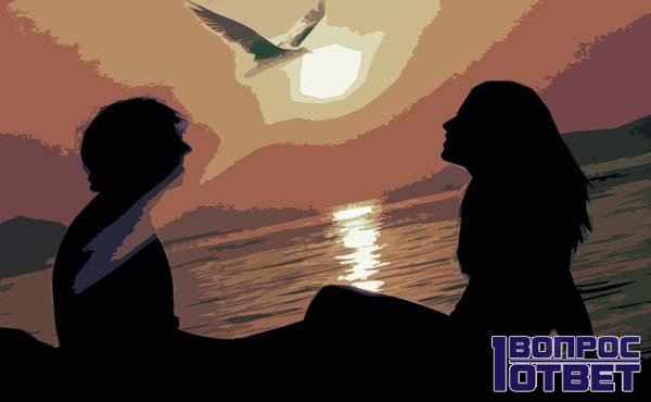 Влюбленная пара разговаривает на берегу моря