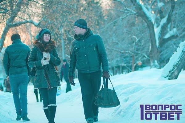 Мальчик гуляет с девочкой зимой