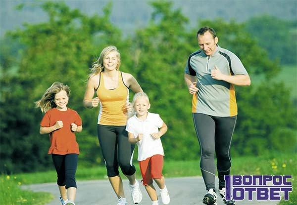 Здоровая семья занимается спортом