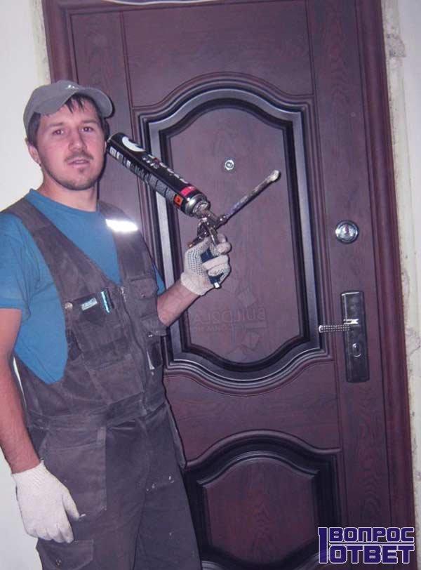 Мастер после обрезки двери