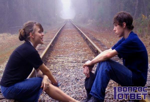 Влюбленная пара на рельсах