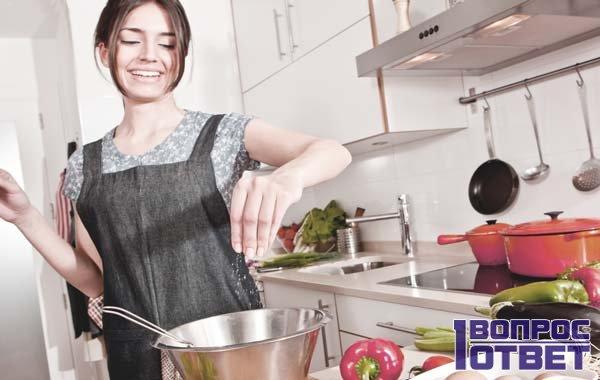 Девушка на кухне занимается приготовлением
