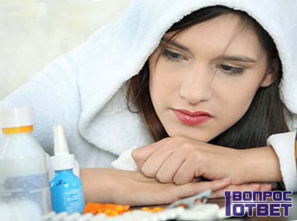 Больная смотрит на таблетки