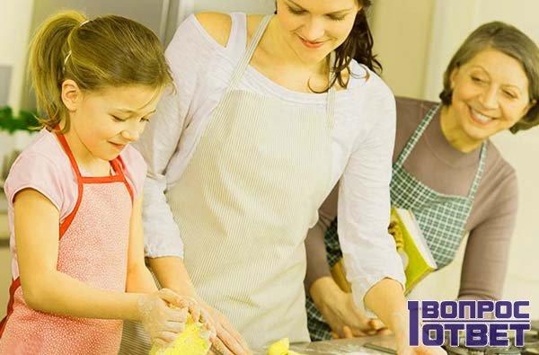 Семья печет пирог на кухне