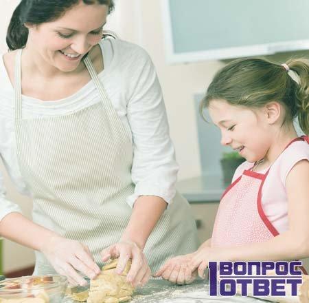 Мам и дочь пекут без разрыхлителя пирожки