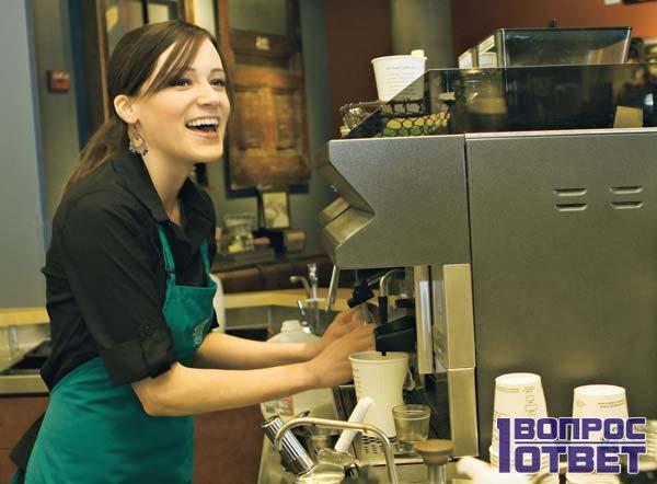 Девушка работает бариста в кафе