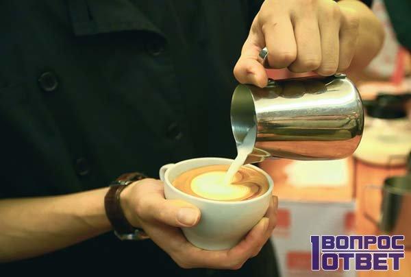 Бариста наливает кофе