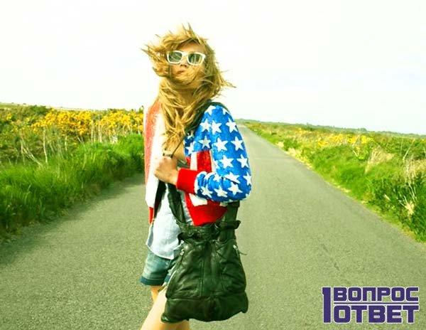 Девушка-хипстер в американской одежде
