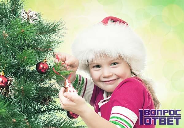 Девочка просит у Деда Мороза куклу