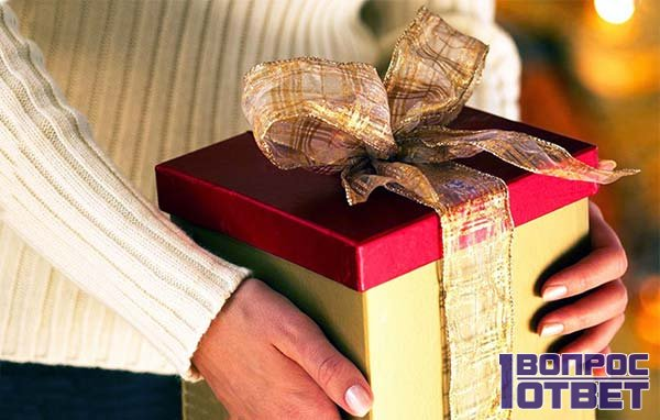 Новогодний подарок в руках