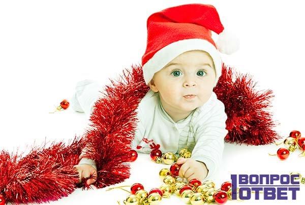 Малыш под новогодней елкой