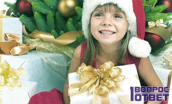 Маленькая леди рада набору косметики к Новогоднему празднику