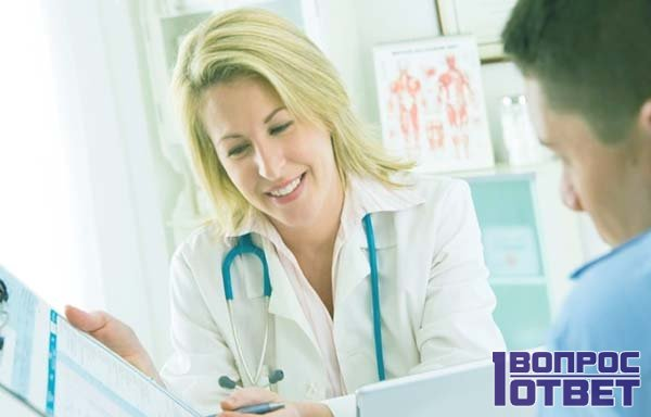 Врач показывает диагноз пациенту
