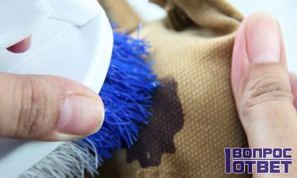 Пятна масла на ткани отстирываются легко