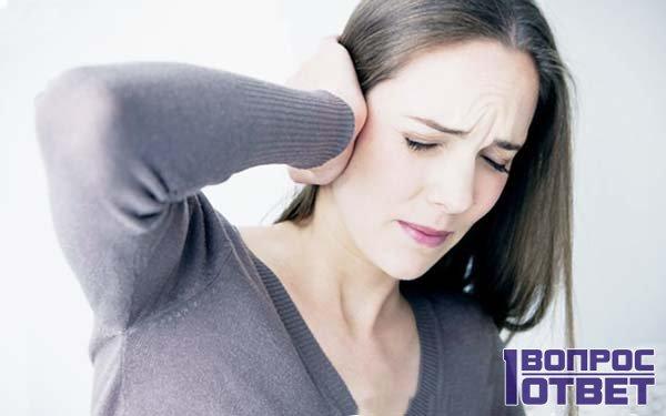 Девушку беспокоит боль в ушах