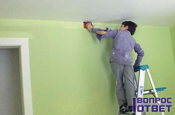 Применяет праймер при покраске