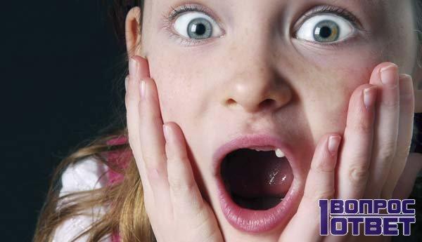 Мальчик с выпавшими зубами шокирован