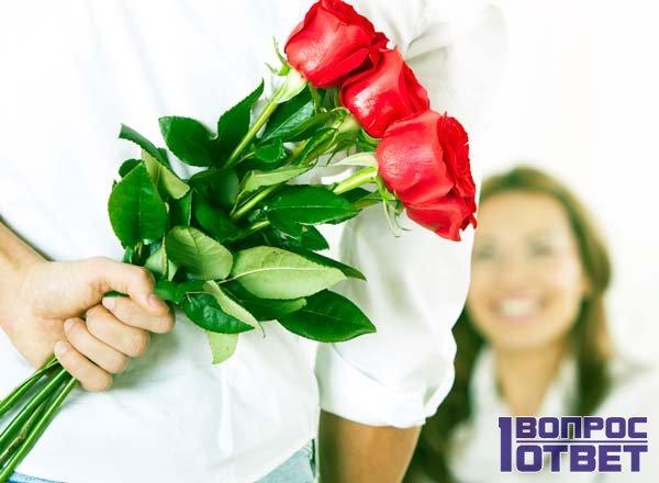 Вручает цветы коллеге